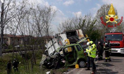 Tragedia a San Vendemiano, scontro tra auto e camion dei rifiuti: morta una 45enne