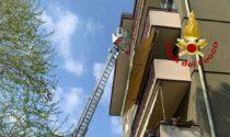 In fiamme un appartamento al terzo piano a Treviso: 10 intossicati, struttura inagibile