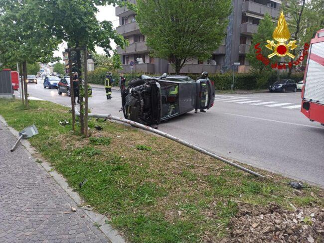 Conegliano, l'auto si ribalta e il guidatore resta incastrato: portato in ospedale