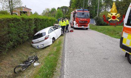 Ciclista investito da un'auto a Carbonera: ferito in modo grave