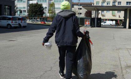 """""""Non lo faccio più"""": poi esce dai Vigili con il sacco dei rifiuti in mano e lo getta via di nuovo"""