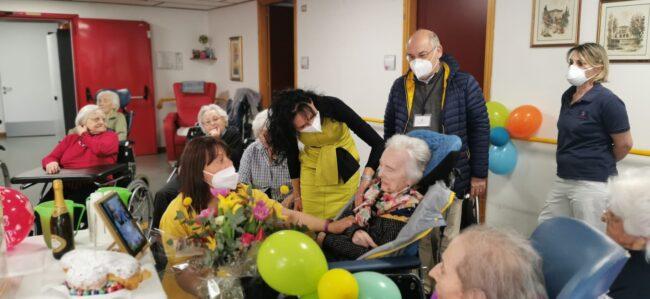 Nonna Angela spegne 101 candeline in videochiamata con le nipoti