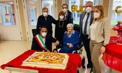 Una pergamena e gli auguri del sindaco Conte per i 100 anni di Ines Cappelletto