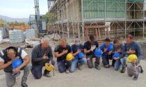 Lavoratori in ginocchio per Mattia in 45 cantieri: il video del minuto di silenzio