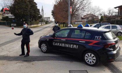 Tampona due auto al semaforo e scappa: 36enne arrestato dopo un inseguimento da film