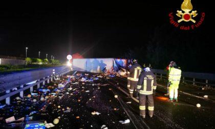 Incidente in autostrada, camion di frutta e verdura sbanda e si rovescia