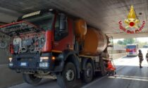 Le foto della betoniera rimasta incastrata nel sottopasso a Villorba