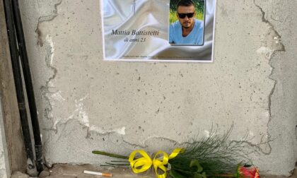"""Sfregio alla memoria, rubati fiori e la """"sua"""" sigaretta dalla tomba di Mattia"""