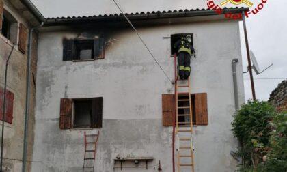 Palazzina colpita da un fulmine, scoppia l'incendio. Due persone intrappolate: un morto