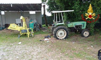Tragedia sfiorata a Caerano, anziano finisce sotto il trattore che si ferma poco dopo