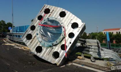 Tangenziale devastata dal pistone d'acciaio caduto dal camion: domani, mercoledì, la riapertura al traffico