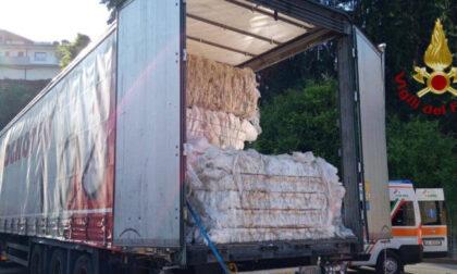 Schiacciato da tre quintali di plastica: morto autotrasportatore trevigiano di 59 anni