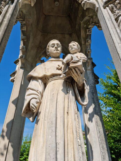 Grave atto di vandalismo a Salvatronda: mutilata la statua di Sant'Antonio col bambino