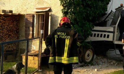 Il trattore finito dentro una casa a Montebelluna