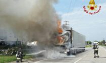 Il camion frigo va a fuoco a Castelfranco, intervengono i pompieri