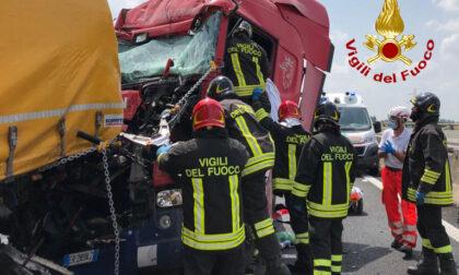 Il video del terribile incidente in autostrada: morto un camionista trevigiano