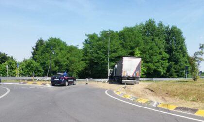 San Fior, il camion si mette di traverso sulla rotonda: traffico in tilt