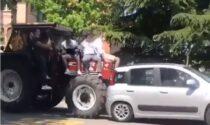 Il video del trattore con gli studenti che tampona un'auto a Conegliano