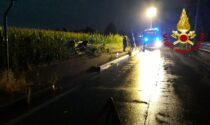 L'auto rompe il palo della luce e vola nel campo di frumento: un ferito