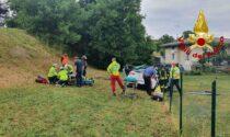 Esce di strada abbattendo una recinzione: padre e figlio rimangono incastrati nell'auto