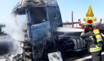 Incendio in autostrada, tir divorato dalle fiamme: chiusa l'A4 in direzione Venezia