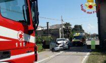 """L'auto """"impazzita"""" sulla provinciale si schianta contro una casa: tre bambini feriti, uno è grave"""