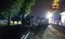 Doppio incidente nella notte, un tir finisce fuori strada e un altro si ribalta