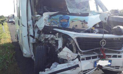 Grave incidente in autostrada, camion e camper si tamponano: feriti marito e moglie