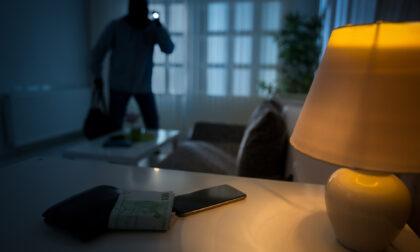 Legata e minacciata col coltello dai ladri entrati in casa dalla finestra aperta