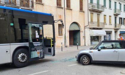 Castelfranco, scontro tra auto e bus in Borgo Treviso: disagi alla viabilità