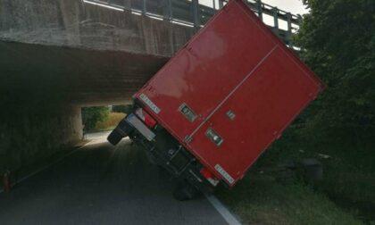 Treviso, sbaglia le misure e rimane incastrato col furgone