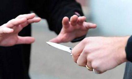 Lite furibonda a Treviso, un uomo sfregiato al volto con un coltello