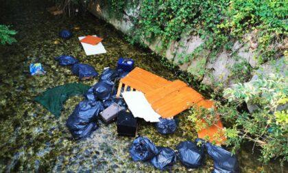 Gettava i suoi rifiuti nel canale di irrigazione: 600 euro di multa all'ecovandalo di Loria