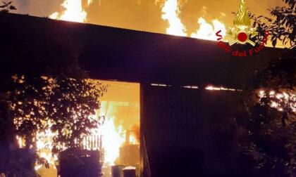 Incendio Caerano, il video dell'arrivo dei pompieri a sirene spiegate e il pericolo eternit