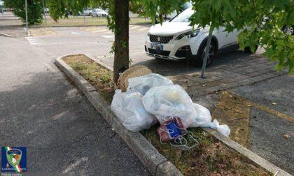 Castelfranco, svuota l'appartamento e abbandona tutti i rifiuti in un parcheggio: beccato!