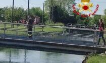 Scivola nel canale e viene portato via dalla corrente: 86enne trovato morto