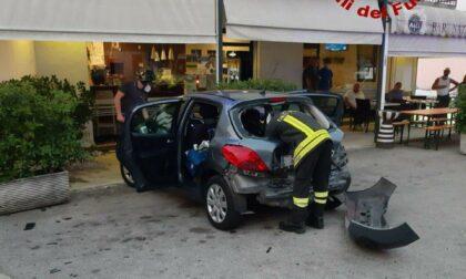 """Auto """"impazzita"""" finisce sul plateatico del bar: un cliente ferito"""