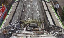 """Treviso, l'autobus """"gratta"""" sotto il cavalcavia: tetto distrutto"""