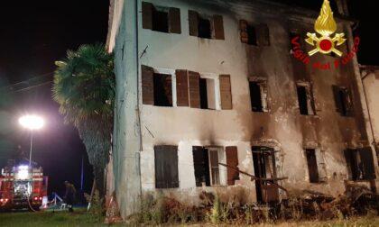 Vecchia casa abbandonata distrutta dalle fiamme: l'incendio partito da una roulotte