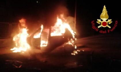 """Nottata di """"fuoco"""" a Quinto, auto investe dei ciclisti e viene divorata dalle fiamme: poi scoppia la rissa"""