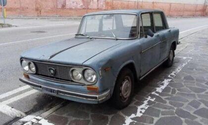 """La mitica Lancia Fulvia di Conegliano lascia il """"suo"""" parcheggio dopo 47 anni!"""