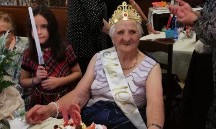 """Nonna Assunta compie cent'anni e si """"regala"""" un prezioso libro di memorie"""