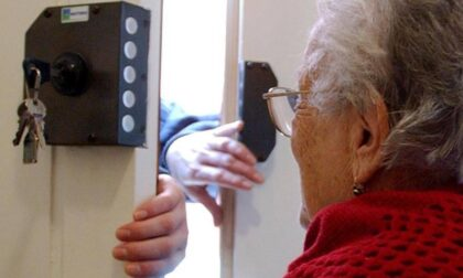 Malvivente entra a casa di un'anziana, la spinge a terra e le ruba la collana
