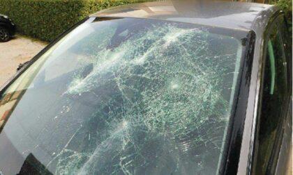 Distrugge l'auto del presunto debitore a zappate e lo fa scappare in casa a furia di minacce