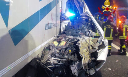 Tragedia in autostrada, scontro tra camion e furgone: morta una donna